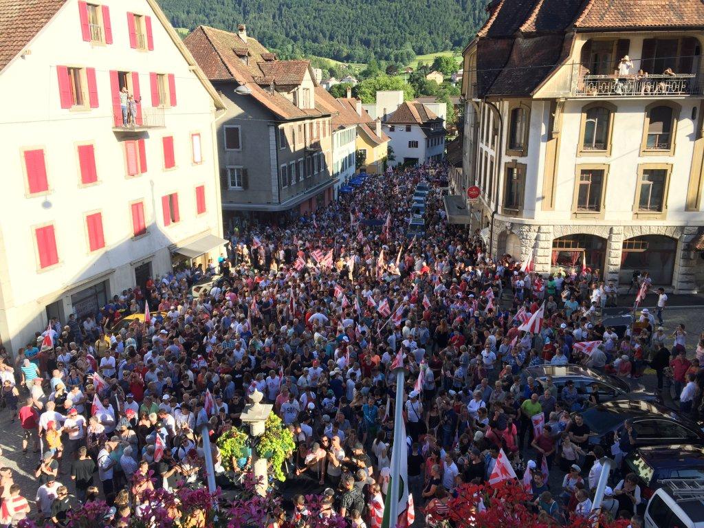 La foule continue de grandir