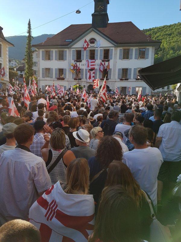 La foule réunie devant l'hôtel de ville est énorme