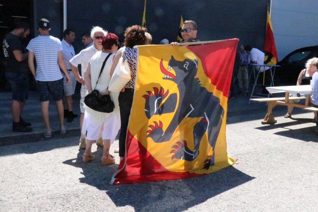 Maxime Ochsenbein, membre de l'UDC JB tient le drapeau bernois